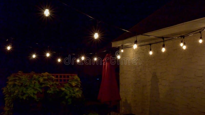 在露台的垂悬的室外光在夏夜 库存照片