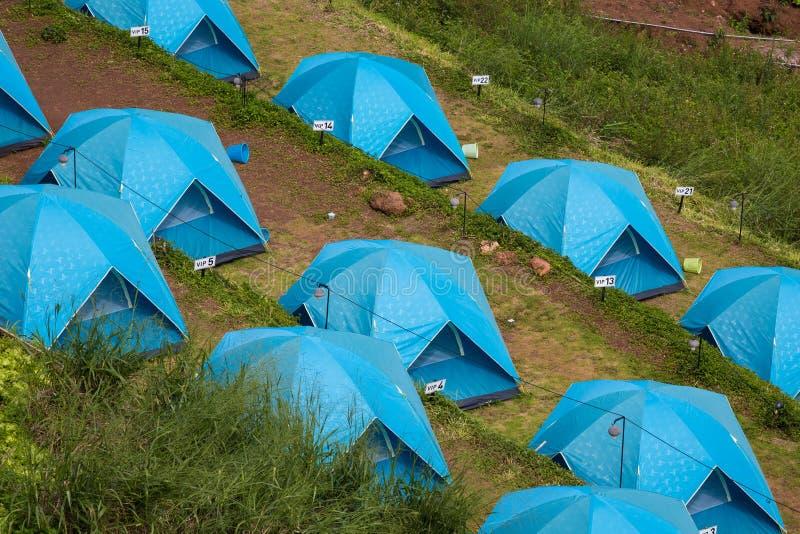 在露台的小山的蓝色帐篷 库存图片
