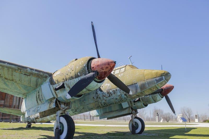在露天博物馆的老生锈的战争飞机 图库摄影