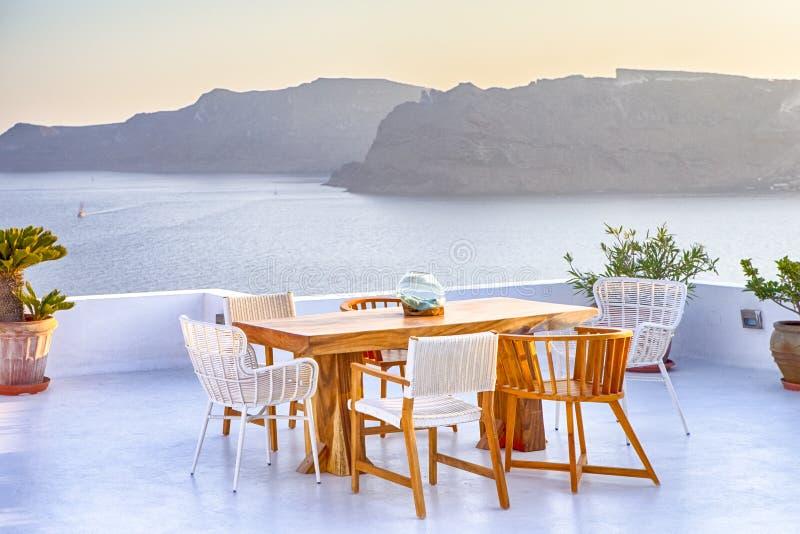 在露天大阳台餐馆的平静和浪漫大气在圣托里尼海岛上的美丽的Oia村庄在希腊在前面 库存图片