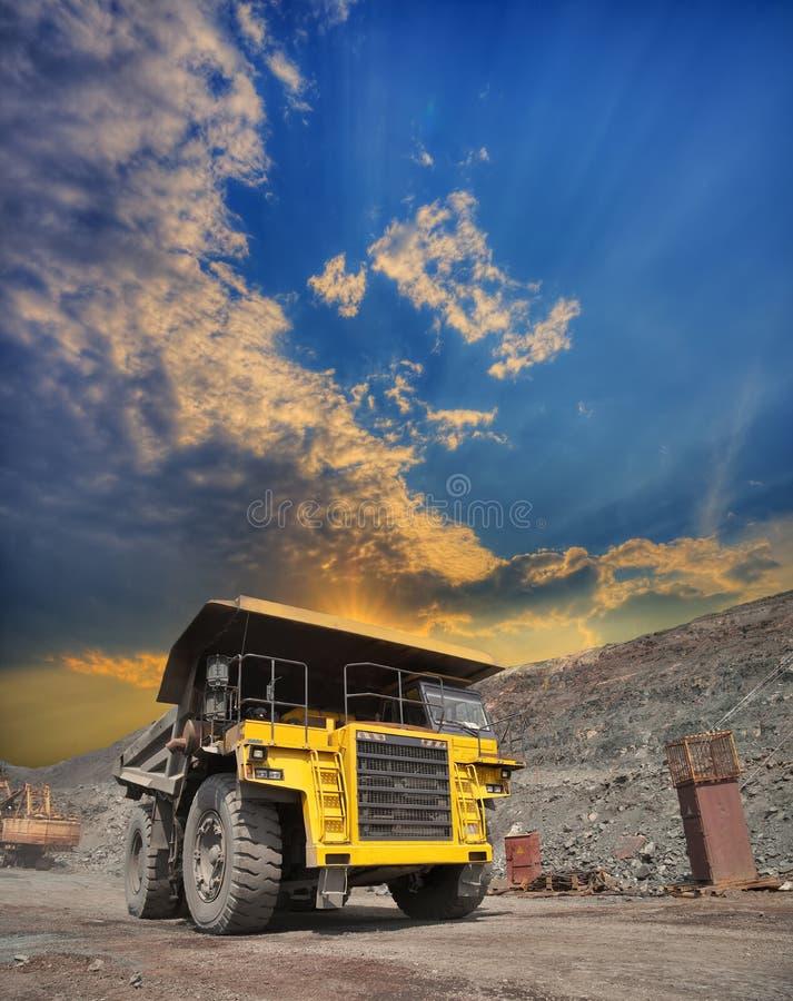 在露天开采的矿用汽车 库存图片