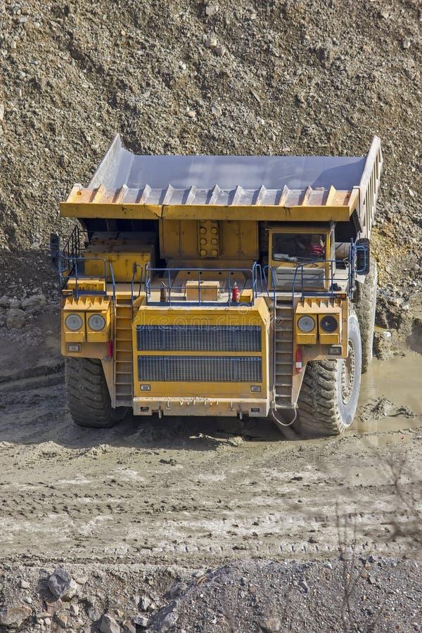 在露天开采矿的倾销者 库存图片