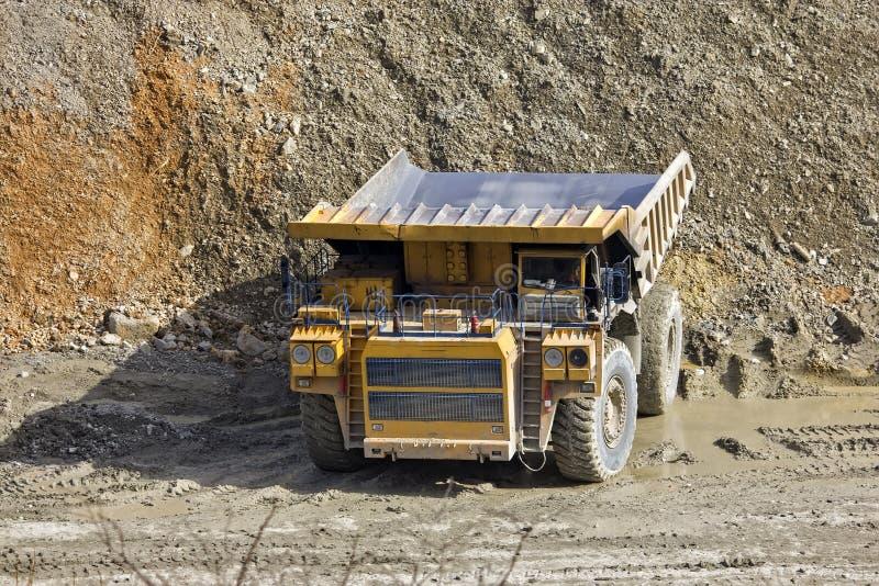 在露天开采矿的倾销者 免版税库存照片