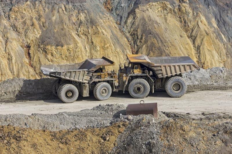 在露天开采矿的倾销者 图库摄影