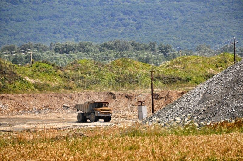 在露天开采矿的卡车 免版税图库摄影
