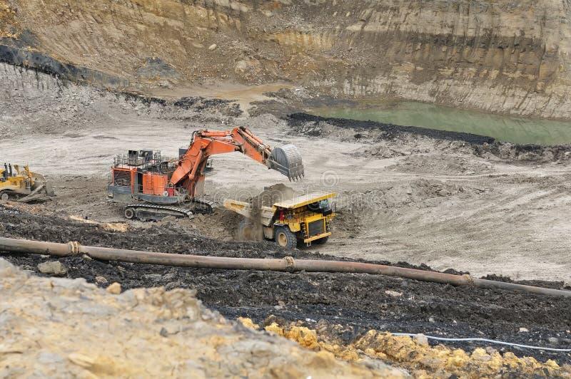 在露天开采矿联合矿业的装载的过重的负担 库存照片