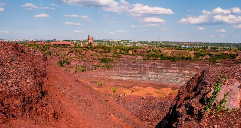 在露天矿的卡车在克里沃罗格,乌克兰 免版税库存照片
