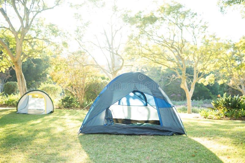 在露营地的帐篷在一个晴天 免版税库存图片
