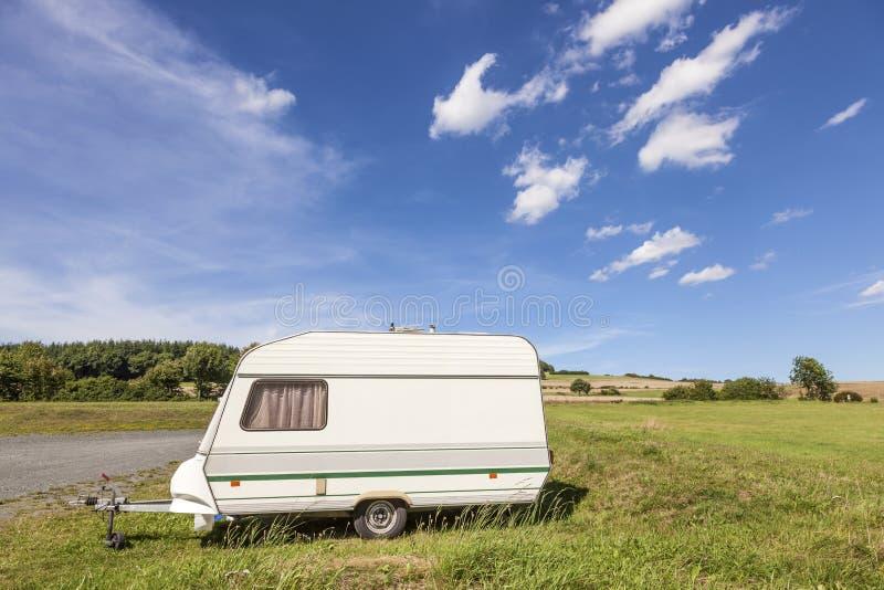 在露营地的有蓬卡车 库存照片
