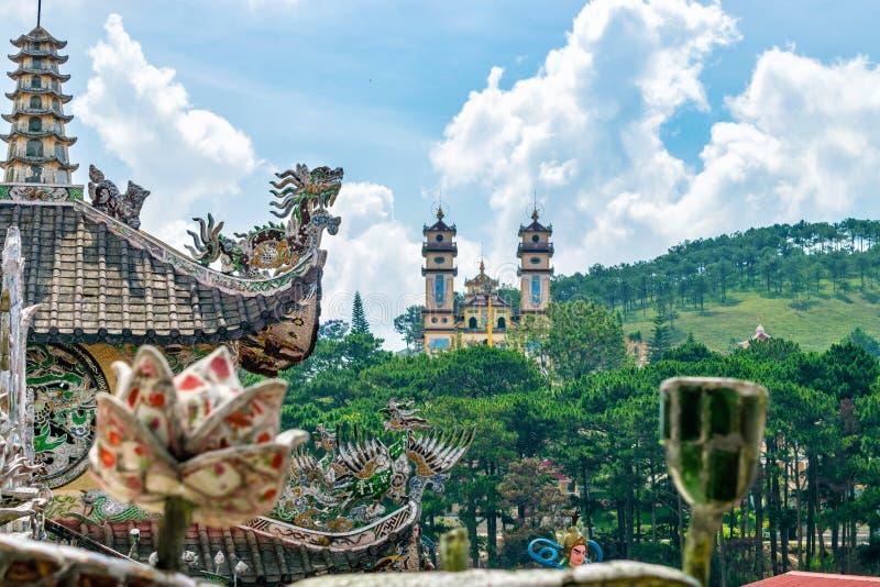 在青山的古老亚洲寺庙在大叻越南 免版税库存图片