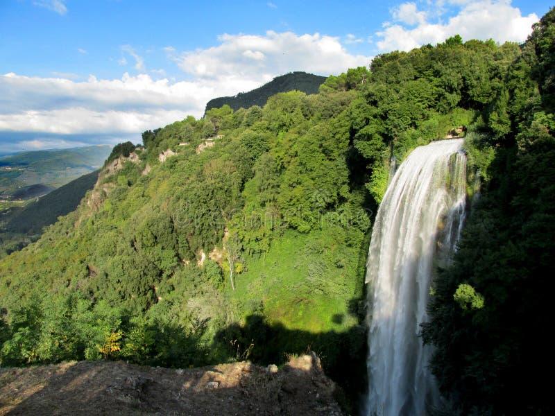 在青山的美丽的瀑布 免版税库存照片