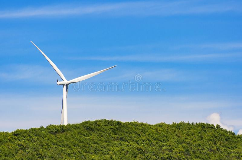 在青山的风轮机 库存照片