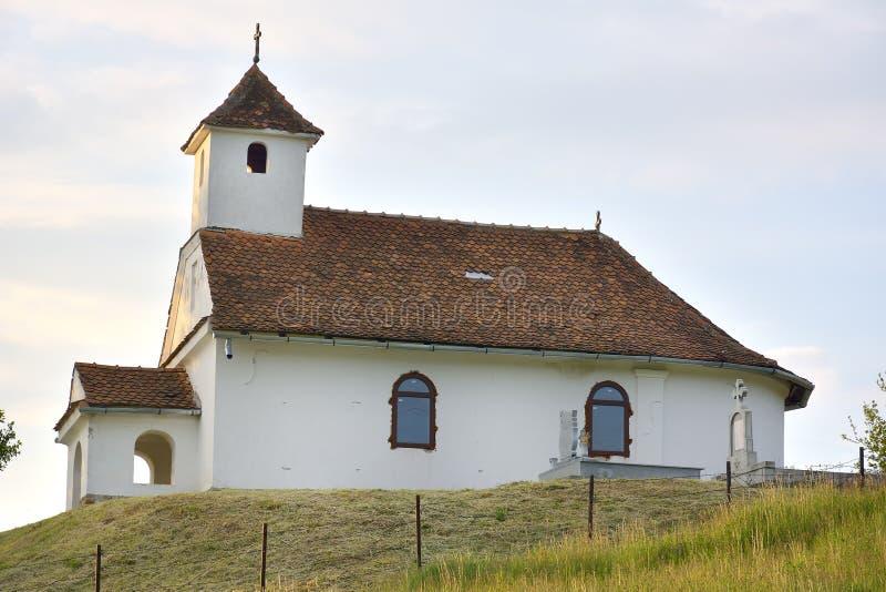 在青山顶部的小教会 库存照片