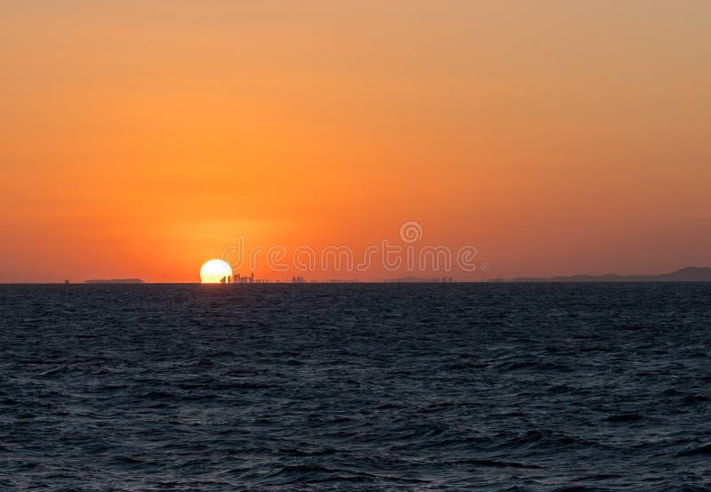 在青岛后高城市地平线的太阳设置  库存图片