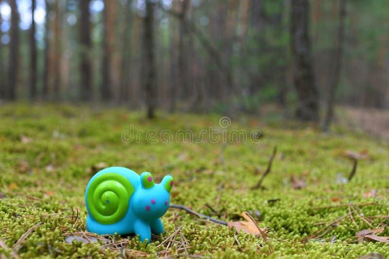 在青苔的玩具蜗牛 免版税库存照片