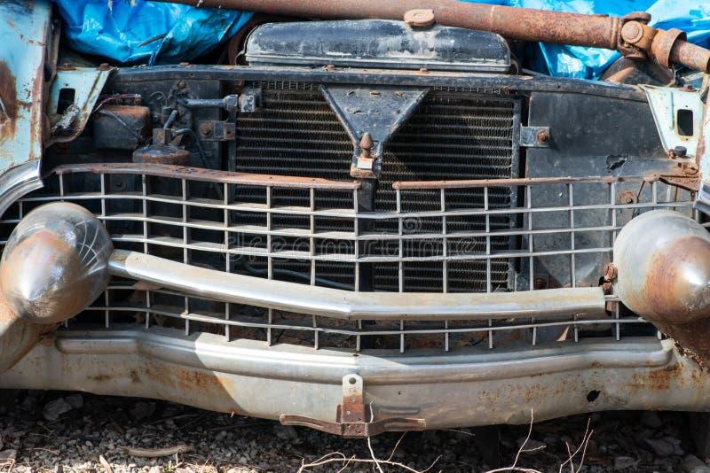 在非常恶劣的情况的老生锈和损坏的古董车击毁 库存照片