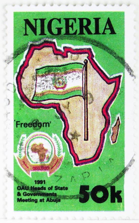 在非洲地图,在阿布贾serie的OAU会议的旗子,大约1991年 免版税库存照片