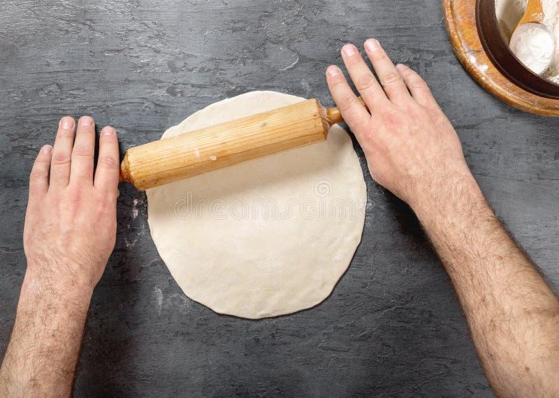 在面包店,顶视图供以人员准备薄饼面团 免版税库存图片