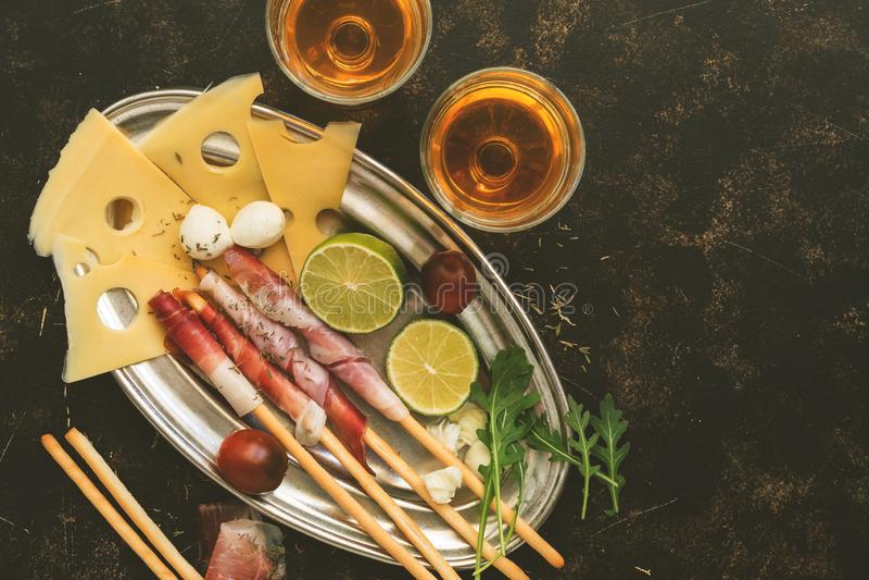 在面包条、马士丹号乳酪和无盐干酪,白酒的可口熏火腿快餐 顶视图,平的位置,拷贝空间 免版税图库摄影