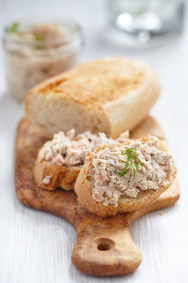 在面包的三文鱼头脑 库存照片