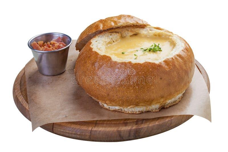 在面包的南瓜奶油汤用烟肉 库存图片