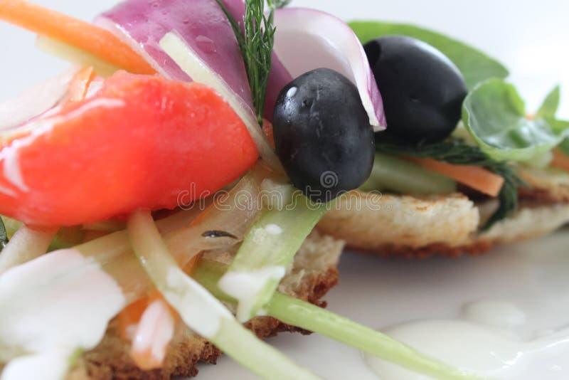 在面包的沙拉 免版税库存图片