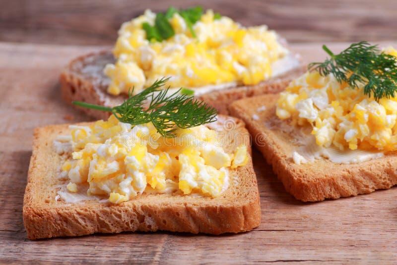 在面包的炒蛋用莳萝 库存照片