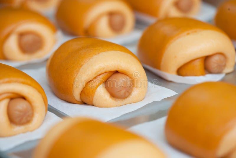 在面团的香肠 免版税库存图片