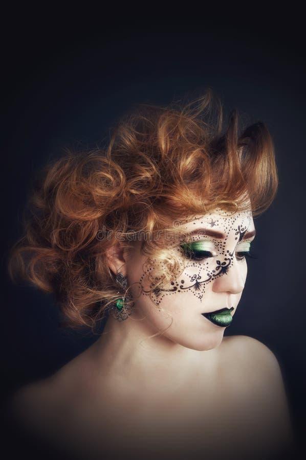 在面孔的人体艺术,美好女孩摆在 免版税库存图片