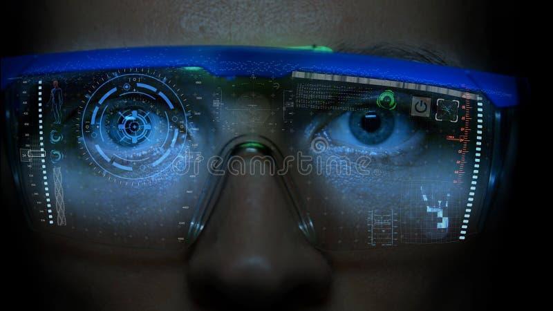 在面孔的未来派显示器与代码和信息全息图 眼睛hud动画 未来概念 免版税库存照片