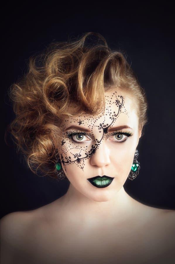在面孔,有发型的美丽的女孩的身体绘画 免版税图库摄影