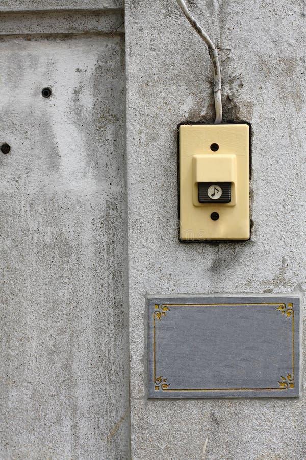 在面对墙壁的响铃 库存照片