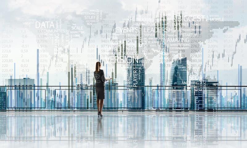 在面对新的天的摩天大楼和女实业家上的日出 免版税图库摄影