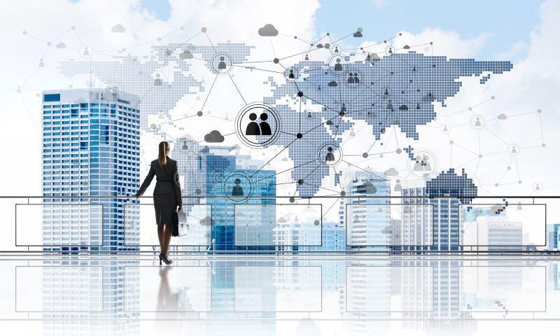 在面对新的天的摩天大楼和女实业家上的日出 免版税库存照片