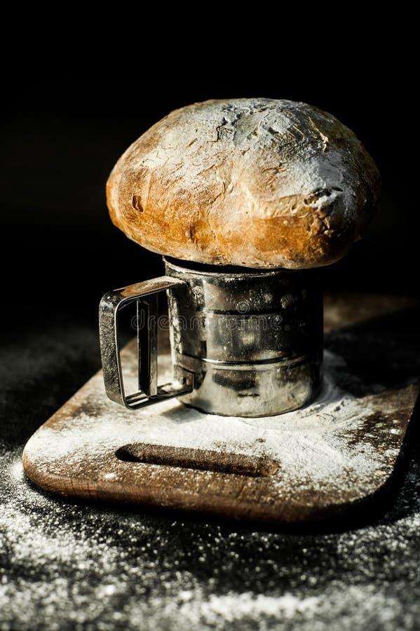 在面粉板的农民面包 免版税库存照片