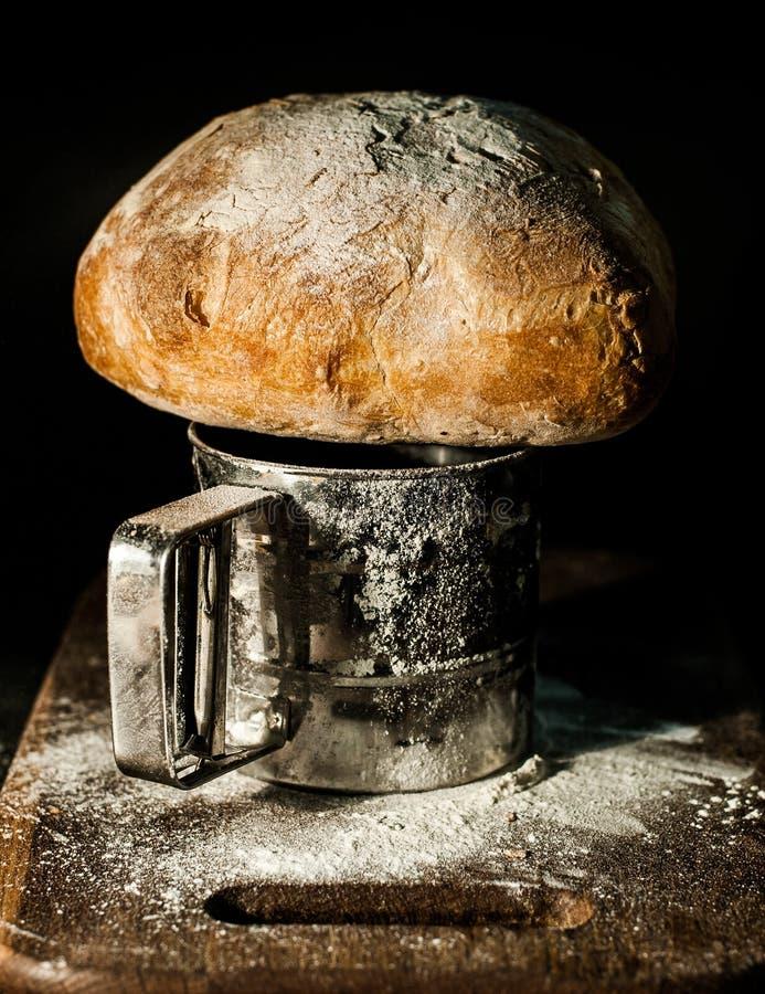 在面粉板的农民面包 库存图片