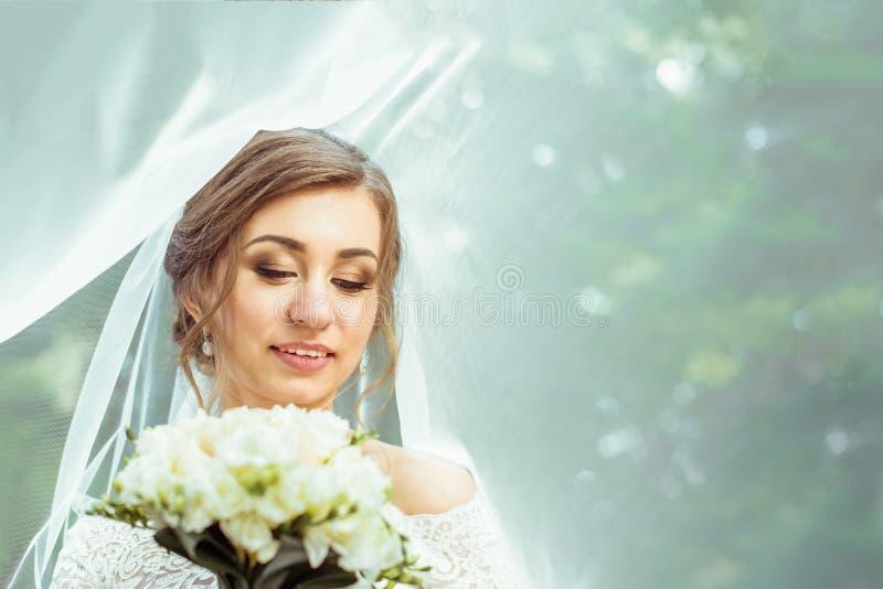在面纱之下的新娘 免版税库存照片