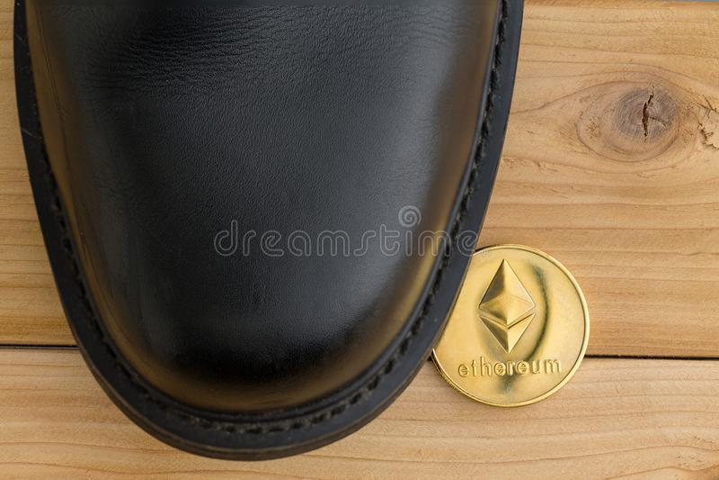 在鞋子下的唯一Ethereum cryptocurrency硬币 库存照片