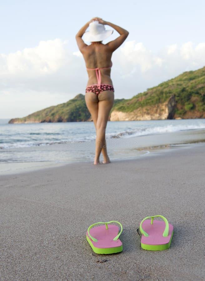 在鞋子妇女附近的海滩比基尼泳装五&# 免版税库存图片