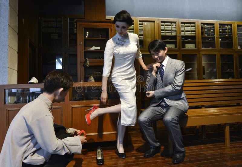 给在鞋店,中国式的雕象打蜡,购物在鞋店 免版税库存照片