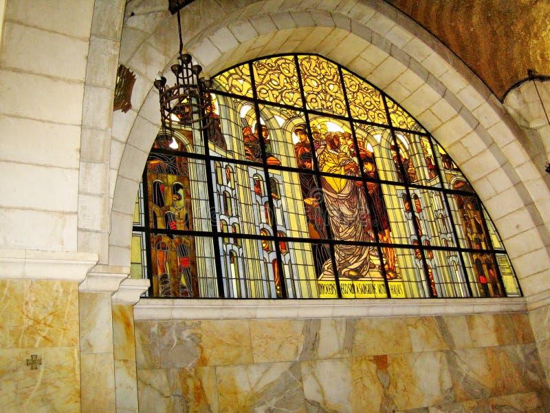 在鞭打和secon的教会的彩色玻璃窗 免版税库存图片