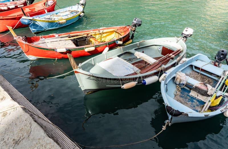 在韦尔纳扎口岸的五颜六色的小船在五乡地意大利 免版税库存图片