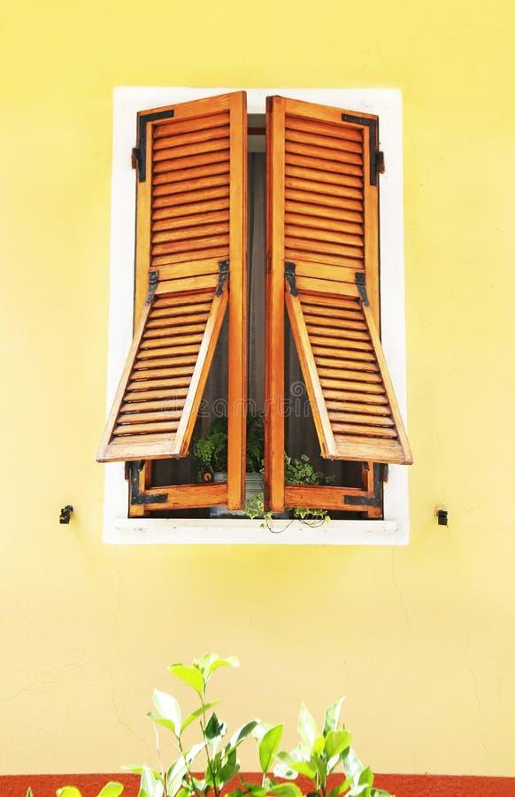在韦尔纳扎村庄五乡地意大利的传统木窗口 免版税库存图片
