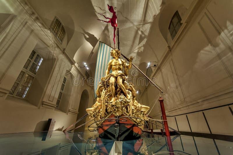 在韦纳里亚雷亚莱里面,意大利王宫的精采Bucentaur  免版税库存照片