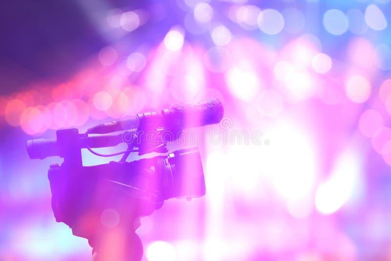 在音乐会光的专业数字式摄象机在阶段 库存图片