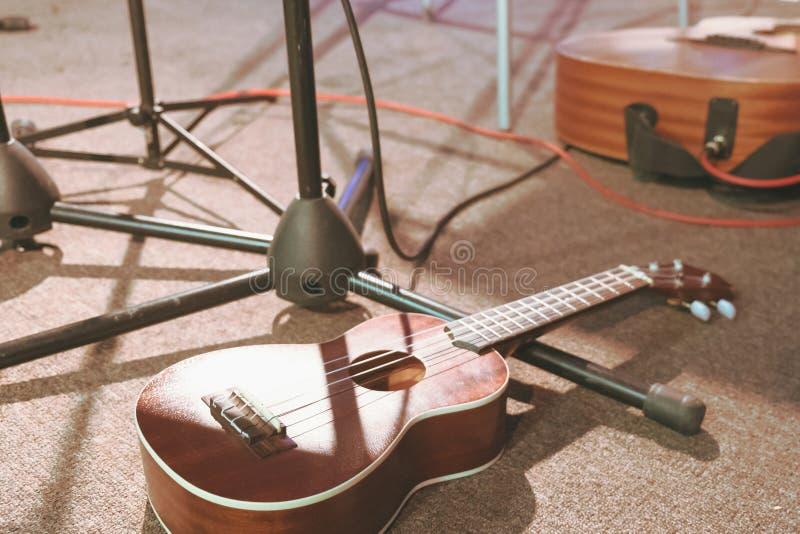 在音乐会前的声学吉他 库存照片