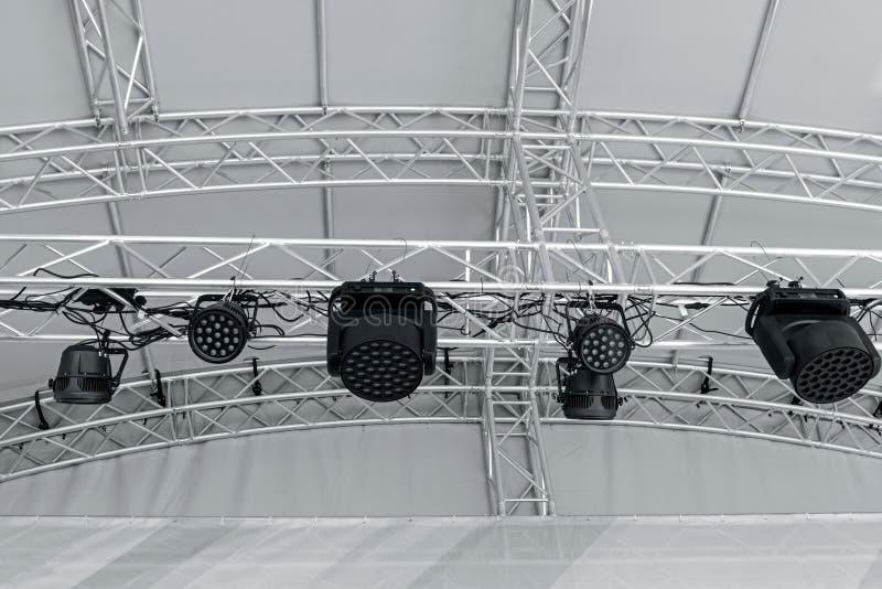 在音乐会前的阶段轻的设备 在阶段lighti的聚光灯 免版税库存图片