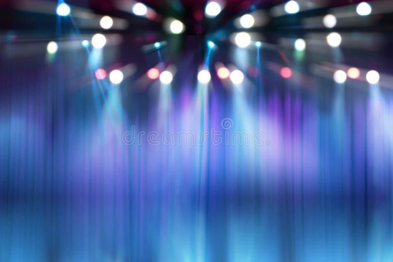 在音乐会照明设备阶段的被弄脏的光  免版税库存照片