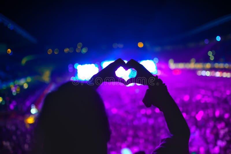在音乐会的心形的手,节日的妇女爱艺术家和音乐的 库存图片