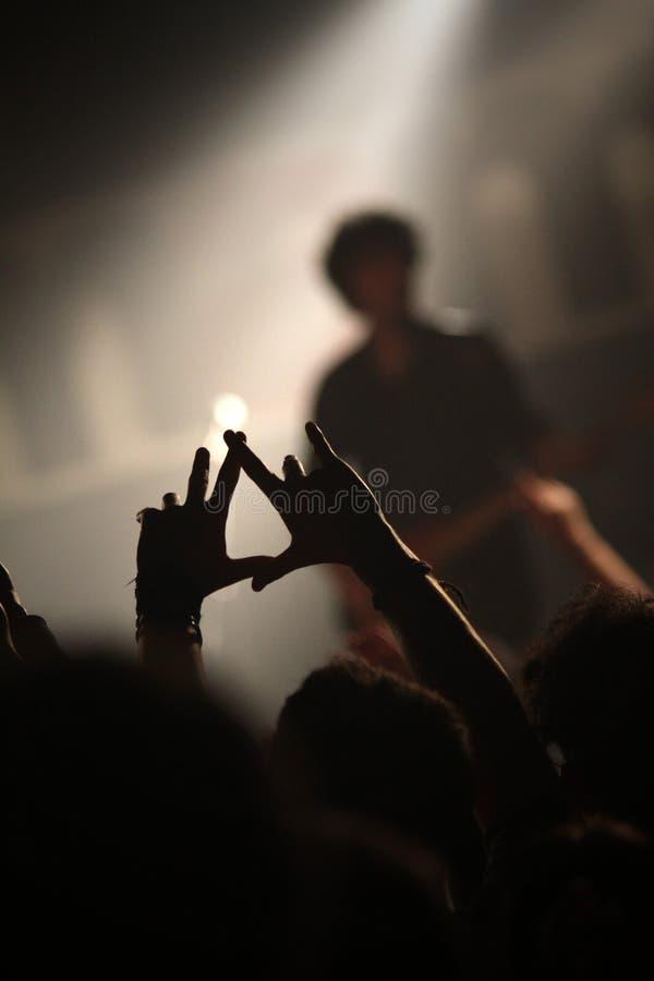 在音乐会的爱好者手 库存照片